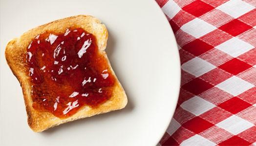 Leckere Marmelade mit Erdbeeren direkt vom Feld