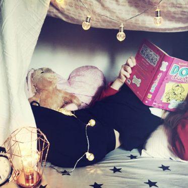 Höhle mit lesendem Mädchen